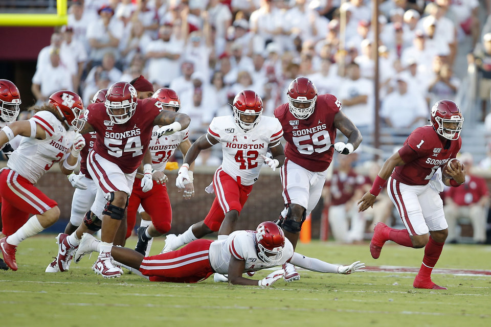 Photo - Oklahoma's Jalen Hurts (1) runs the ball during a college football game between the University of Oklahoma Sooners (OU) and the Houston Cougars at Gaylord Family-Oklahoma Memorial Stadium in Norman, Okla., Sunday, Sept. 1, 2019. Oklahoma won 49-31. [Bryan Terry/The Oklahoman]