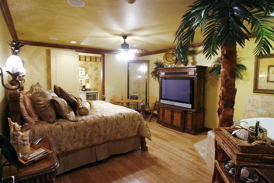 Photo - The Suite Island is one of the rooms at the Two Hearts Inn in Edmond, Okla. [The Oklahoman Archives]