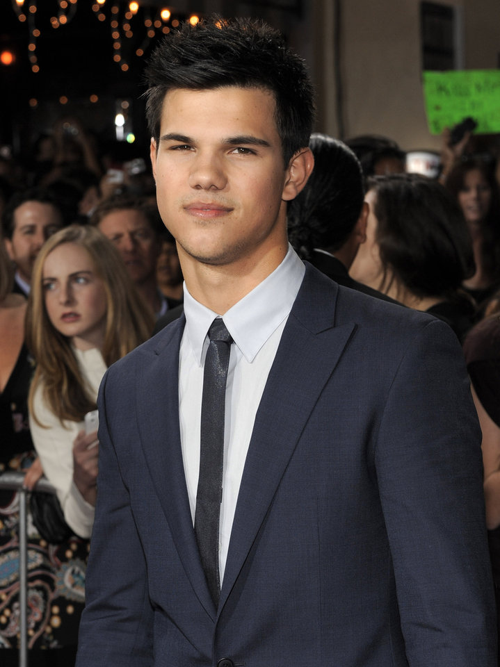 Photo - Taylor Lautner arrives at The Twilight Saga: New Moon premiere on Monday, Nov. 16,  2009, in Westwood, Calif.  (AP Photo/Chris Pizzello) ORG XMIT: CADC104