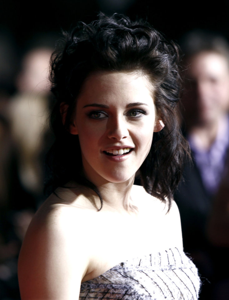 Photo - Actress Kristen Stewart arrives at The Twilight Saga: New Moon premiere in Westwood, Calif. Monday, Nov. 16, 2009.  (AP Photo/Matt Sayles) ORG XMIT: CAGS153