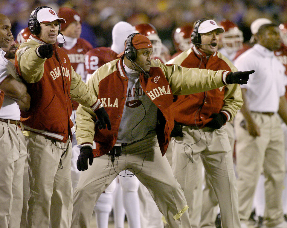 Photo - UNIVERSITY OF OKLAHOMA VS KANSAS STATE UNIVERSITY BIG 12 CHAMPIONSHIP COLLEGE FOOTBALL AT ARROWHEAD  STADIUM IN KANSAS CITY, MISSOURI, DECEMBER 6, 2003.   OU Sooner coaches Mike Stoops, Jackie Shipp and Bob Stoops against KSU.  Staff photo by Ty Russell