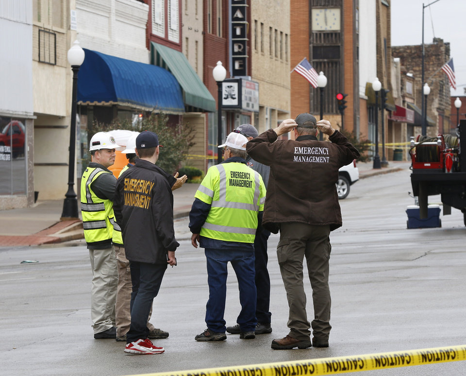 Photo - Assessing damage in downtown Cushing on Monday, Nov. 7, 2016, caused by Sunday night's 5.0 magnitude earthquake. Photo by Jim Beckel, The Oklahoman