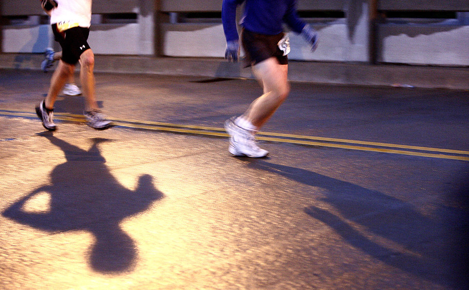 Photo - RUNNING: Marathon runners run up the Walnut Street bridge during the 8th annual Oklahoma City Memorial Marathon on Sunday, April 27, 2008, in Oklahoma City, Okla. BY SARAH PHIPPS, THE OKLAHOMAN  ORG XMIT: KOD