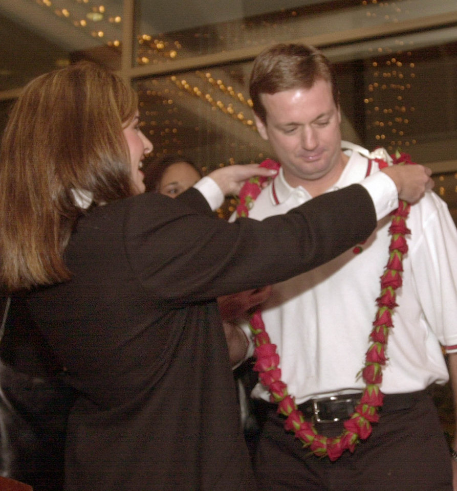 Photo - OU COLLEGE FOOTBALL: University of Oklahoma head coach Bob Stoops, right, welcomes Rose Queen Alexandra Wucetich in Los Angeles Wed, Dec 25, 2002. Oklahoma plays Washington State in the Rose Bowl Pasadena on the New Year's day. (AP Photo/Nick Ut)