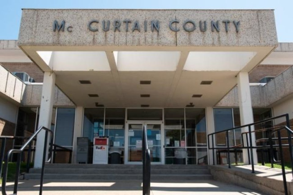 Photo -  The McCurtain County Courthouse sits on the north end of Central Avenue in downtown Idabel. The courthouse is attached to the sheriff's department and county jail where Geoffrey Briley is being held while he awaits a jury trial scheduled for January. [Whitney Bryen/Oklahoma Watch]