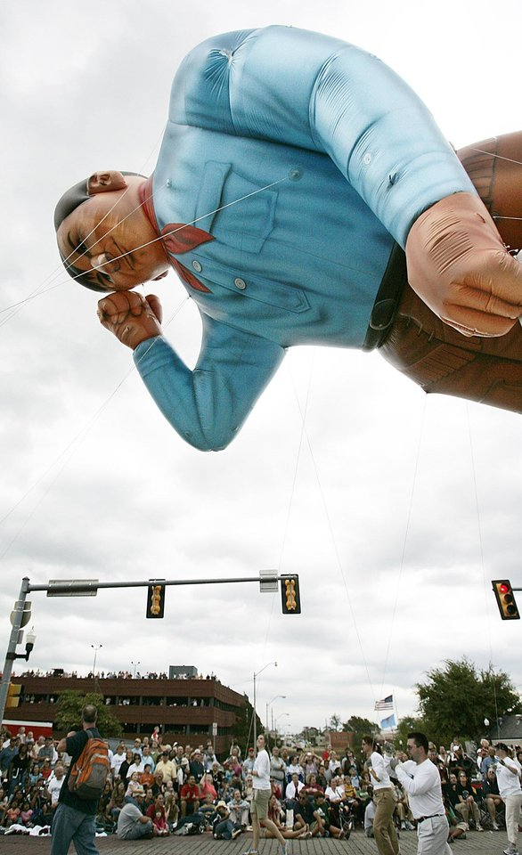 Photo - The Will Rogers Balloon passes along E.K. Gaylord Blvd., in the Oklahoma Centennial Parade Saturday, Oct. 14, 2007 in downtown Oklahoma City,Ok.  BY JACONNA AGUIRRE/THE OKLAHOMAN.