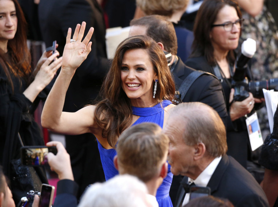 Photo - Jennifer Garner arrives at the Oscars on Sunday, March 4, 2018, at the Dolby Theatre in Los Angeles. (Photo by Eric Jamison/Invision/AP)