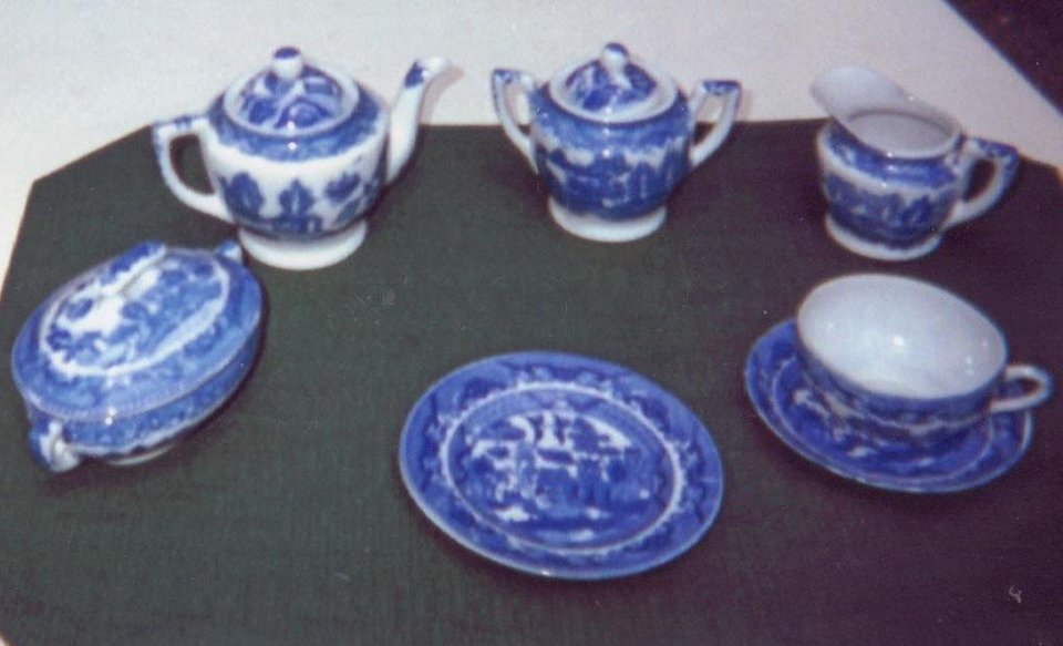 Thomas Turner an English pottery owner designed the willow ware pattern in 1780. & Willow Ware Pattern is Two Centuries Old - Article Photos