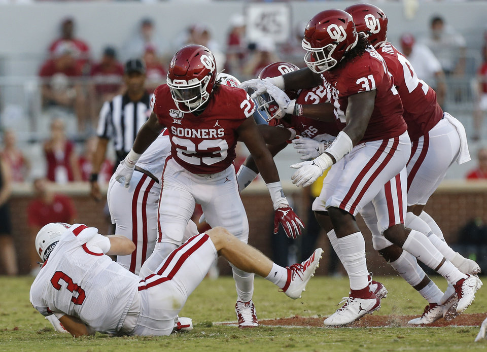 Photo - Oklahoma's DaShaun White (23), Jalen Redmond (31) and the Sooner defense stand near South Dakota's Austin Simmons (3) at the end of a carry by Simmons in the second quarter during a college football game between the Oklahoma Sooners (OU) and South Dakota Coyotes at Gaylord Family - Oklahoma Memorial Stadium in Norman, Okla., Saturday, Sept. 7, 2019. [Nate Billings/The Oklahoman]