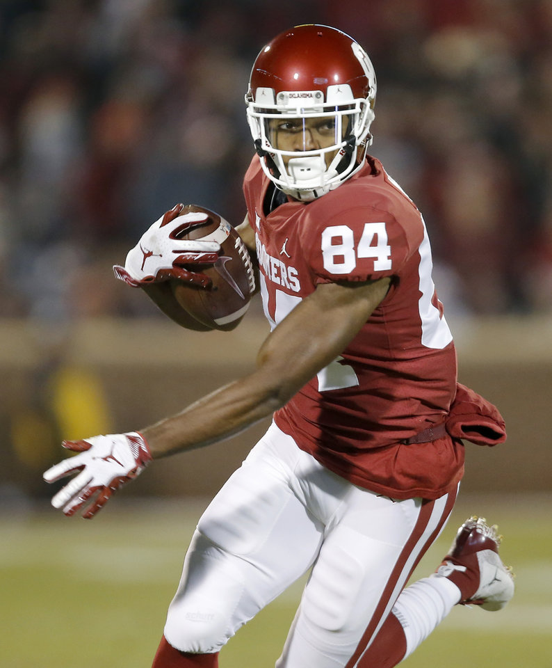 Photo - Oklahoma's Lee Morris (84) catches a pass during a college football game between the University of Oklahoma Sooners (OU) and the Kansas Jayhawks (KU) at Gaylord Family-Oklahoma Memorial Stadium in Norman, Okla., Saturday, Nov. 17, 2018. Photo by Bryan Terry, The Oklahoman