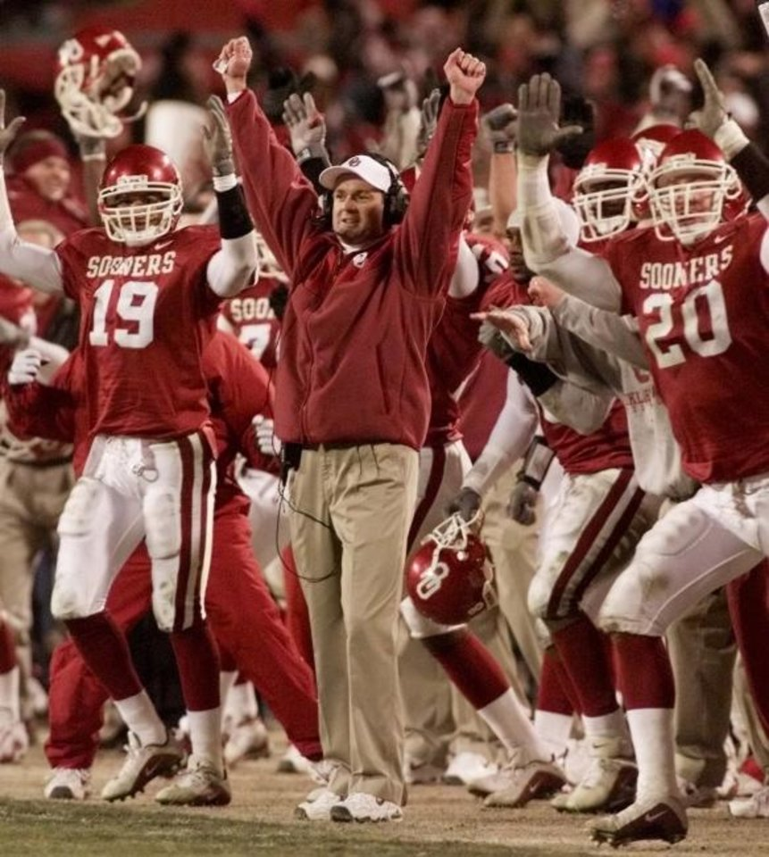 Photo -  Coach Bob Stoops and the Sooners celebrate a Tim Duncan field goal to beat Kansas State for the Big 12 title in 2000 at Arrowhead Stadium in Kansas City, Mo. [DOUG HOKE/THE OKLAHOMAN]