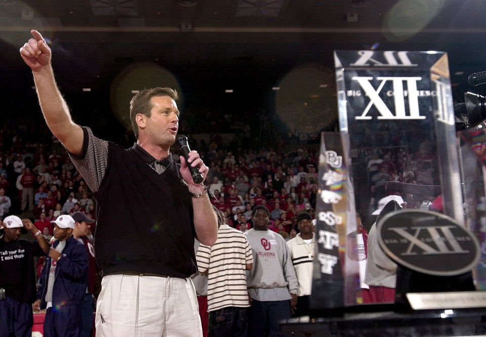 Photo - OU football coach Bob Stoops talks to the crowd at halftime of the OU-Kansas college basketball game.  Staff Photo by Ty Russell.