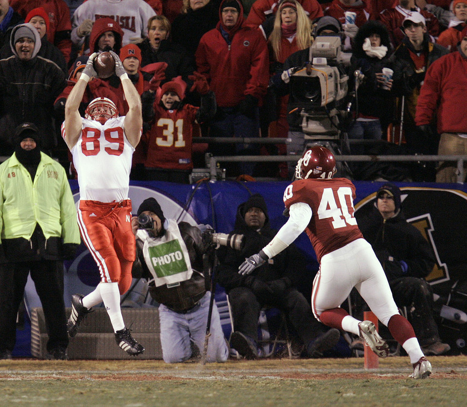 Photo - Nebraska's Hunter Teafatiller (89) gets behind Oklahoma defender  Curtis Lofton (40) for a touchdown catch in the second quarter of the Big 12 Championship college football game between the University of Oklahoma Sooners (OU) and the University of Nebraska Cornhuskers (NU) at Arrowhead Stadium, on Saturday, Dec. 2, 2006, in Kansas City, Mo. By Nate Billings, The Oklahoman  ORG XMIT: KOD