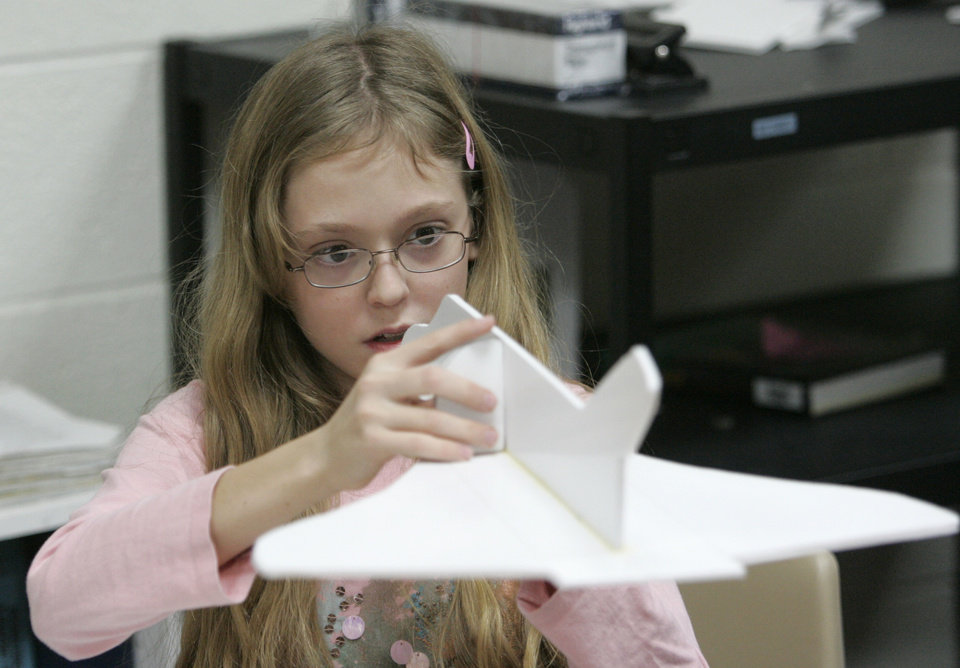 Photo - Seventh-grader Michelle Symczak builds a space shuttle in Leonard Scott's classroom at Central Middle School in Edmond , Okla. Dec. 21, 2007.  BY STEVE GOOCH, THE OKLAHOMAN.  ORG XMIT: KOD