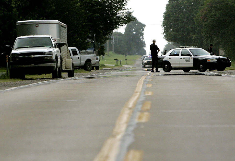 Photo - Oklahoma Highway Patrol troopers block off state highway 77 during a raid on a suspected illegal horse racing operation near Thackerville, OK., on Sunday, July 29, 2007. By John Clanton, The Oklahoman