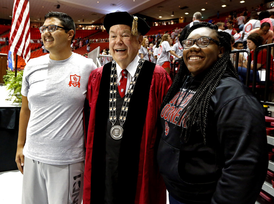 Photo - University of Oklahoma (OU) president David Boren poses with students Bryan Sandoval and Jayde Williams, both Oklahoma City freshmen, following New Sooner Convocation on Thursday, Aug. 20, 2015 in Norman, Okla.  Photo by Steve Sisney, The Oklahoman