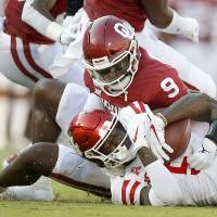 Oklahoma's Kenneth Murray (9) brings down Houston's Marquez Stevenson (5) during a college football game between the University of Oklahoma Sooners...