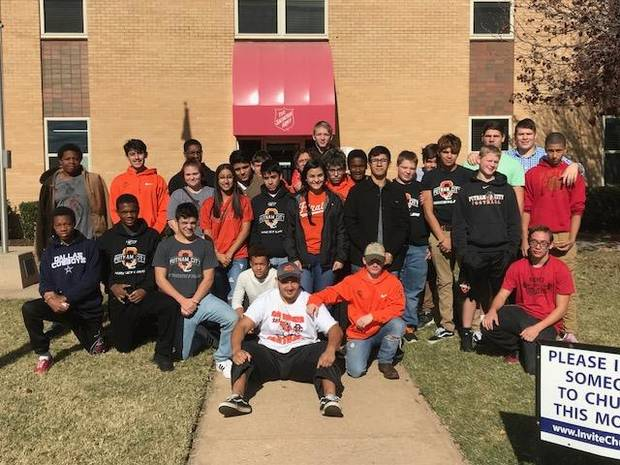 Putnam City wrestlers give back on Thanksgiving Image