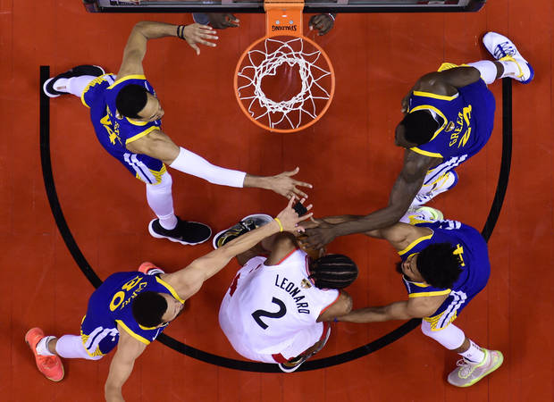 Toronto's Kawhi Leonard is surrounded by Golden State's Shaun Livingston, Stephen Curry, Quinn Cook and Draymond Green in the second half of Game 2. (Photo by the Canadian Press)