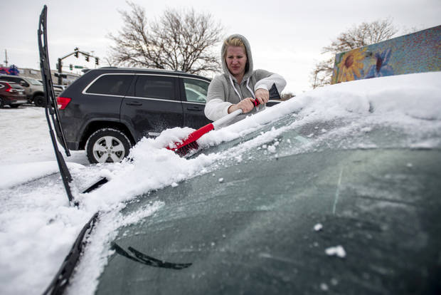 Powerful storm pushes into Midwest with heavy snow and winds