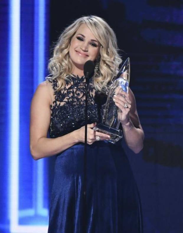 Carrie Underwood accepts the award for female vocalist of the yea at the 52nd annual CMA Awards at Bridgestone Arena on Wednesday, Nov. 14, 2018, in Nashville, Tenn. AP photo