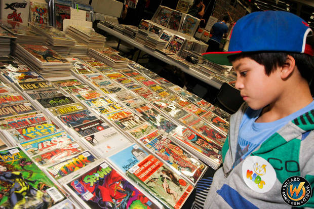 A fan shops for comics at a Wizard World show. Ûphoto provided by Wizard WorldÝ