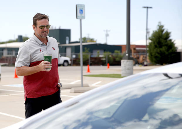 Former OU football coach Bob Stoops helps host lunch for first responders