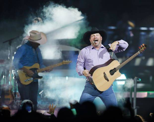 Garth Brooks offers to pay for couple's honeymoon during show