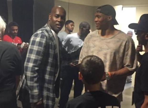 Russell Westbrook talks with Gary Payton in the halls of the BOK Center. Screenshot/Twitter (@BDawsonWrites)
